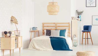 Blauwe barkruk in slaapkamer