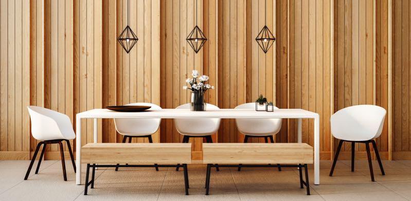 Eetkamerstoelen en bankje aan tafel wit en hout