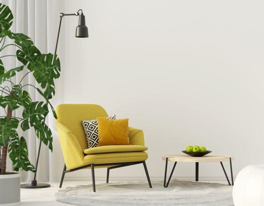 Gele relaxstoel in woonkamer