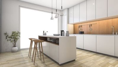 Houten barkrukken in witte keuken