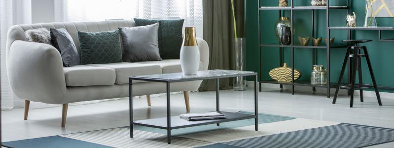Strakke salontafel met dunne metalen poten